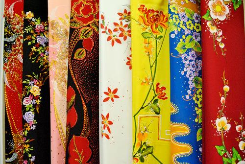 Vải may áo dài thường được phun sẵn hoa văn và bày bán tại hầu hết các nhà may. Ảnh: Thái An.