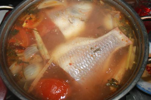 Có rất nhiều loại cá có thể chế biến món lẩu Thái, tuy nhiên cá diêu hồng là loại ít xương, thịt ngọt.