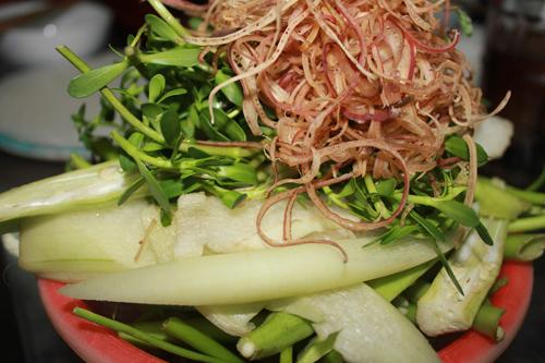 Các loại rau ăn kèm như rau muống, hoa chuối, cù nèo, bạc hà, đặu bắp...