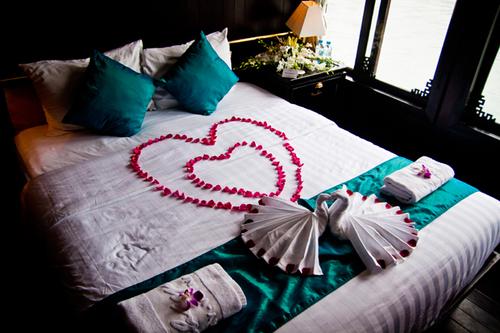 Một phòng tân hôn đẹp cũng được thiết kế dành cho đôi uyên ương nghỉ lại ngay trên du thuyền.