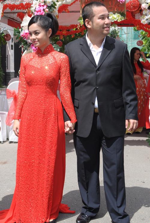 Áo dài màu đỏ giúp Quỳnh Anh tôn làn da trắng. Ảnh: T.S.
