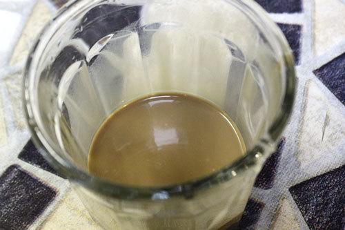 Khuấy cà phê với sữa đặc.