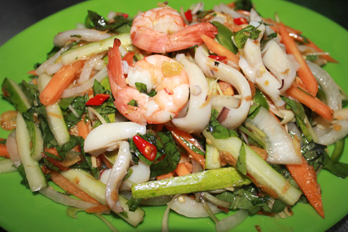 Món này đã trở nên phổ biến bởi nguyên liệu giòn ngon, lạ miệng và rất dễ ăn.