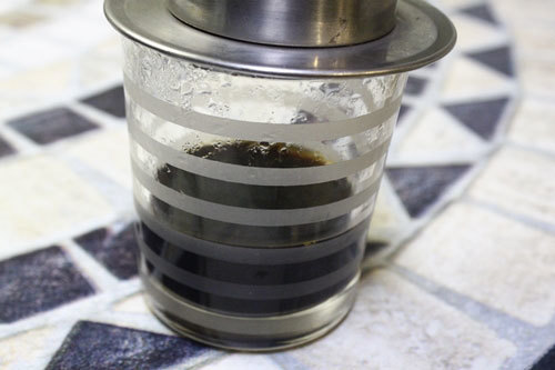 Pha cà phê phin.
