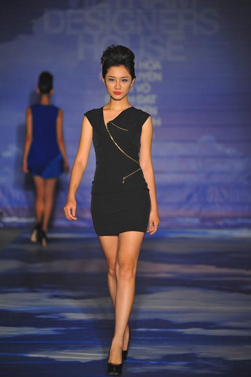 Á quân Next Top 2011 cá tính trong bộ đầm đen với điểm nhấn là