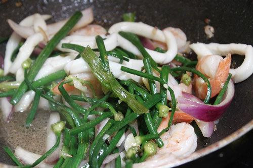 Đổ các nguyên liệu vào xào chung, nêm nếm gia vị vừa ăn.