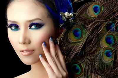 Ngoài ra, bạn cũng nên kẻ đường viền mí mắt sắc nét như Hoàng Yến để đôi mắt không bị già nua.