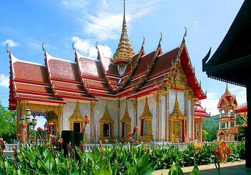 Chùa Chalong với kiến trúc tiêu biều của các ngôi chùa ở Thái Lan.