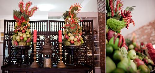 Vì lễ đính hôn có ý nghĩa tương tự như lễ ăn hỏi nên gia đình cũng dọn dẹp bàn thờ gia tiên, bày mâm hoa quả rồng phượng để trưng trên bàn thờ.