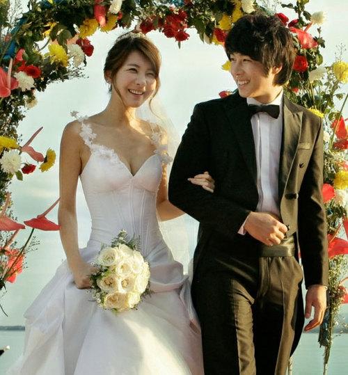 Lee Pani khiến khán giả bất ngờ khi chia sẻ trên blog cá nhân rằng cô đã thành hôn hôm 30/4 tại một resort ở Philippines. Người đẹp xứ Hàn cũng tiết lộ tấm ảnh ngày cô khoác áo cưới, khuôn mặt rạng ngời hạnh phúc. Nắm tay Lee Pani vào lễ đường là người đàn ông đã ở bên cô nhiều năm qua, diễn viên Seo Sung Min.