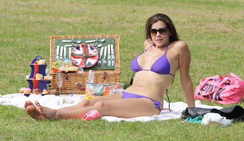 Một lúc sau, người đẹp cởi quần short, chỉ mặc bikini và vui vẻ phơi nắng.