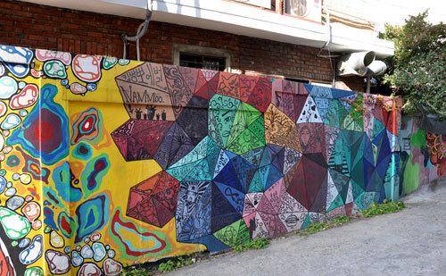 Bức tường graffiti nổi tiếng ở ngõ nghệ thuật Hongdae.