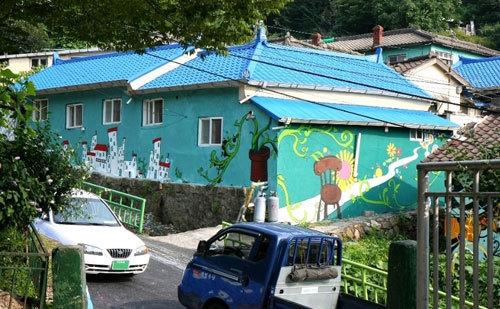 Làng Kiến thu hút hàng trăm sinh viên nghệ thuật tới trổ tài trên các bức tường.