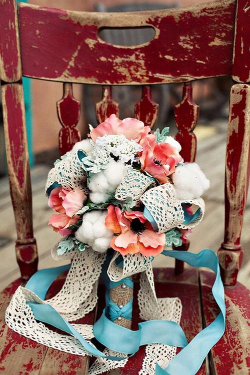 Những dải ren điệu đà sẽ làm bó hoa thêm duyên dáng.