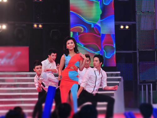 Ca sĩ Phương Vy kết hợp với 4 thí sinh nam trong ca khúc 'Giận anh'.