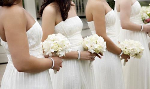 Những cô phù dâu nên chọn kiểu váy ngắn hoặc có thiết để đơn giản để làm nổi bật cô dâu.