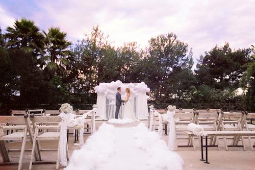 Nơi làm lễ được trang trí đơn giản với thảm bông trắng xốp như mây.