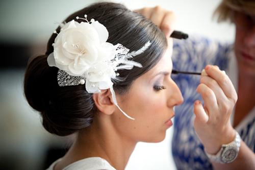 Nếu muốn thêm điệu đà, cô dâu có thể chọn một bông hoa lụa lớn để tô điểm thêm cho mái tóc.