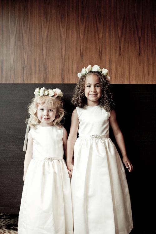 Hai cô phù dâu nhỏ sẽ khiến mọi người không ngừng chú ý khi diện những bộ váy trắng và đội vòng hoa như các thiên thần.