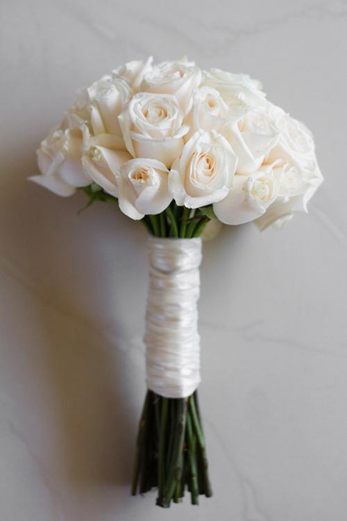 Một bó hồng trắng bó đơn giản, cuống dài sẽ làm cô dâu thêm đẹp dịu dàng.