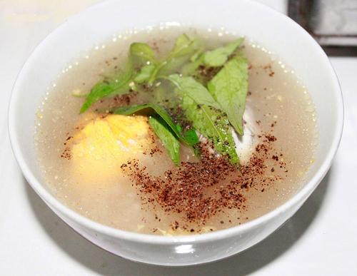 Món cháo nấu kèm với trứng vịt lộn này bổ dưỡng, đặc biệt tốt với những người đang cần tẩm bổ.