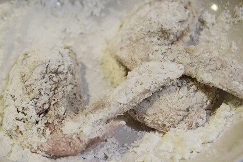 Phủ lên cánh gà một lớp áo bột năng.