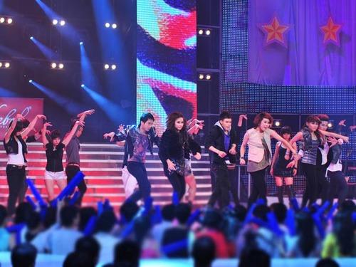 Màn khiêu vũ 'Dạ tiệc bí ẩn' của 6 thí sinh cùng nhóm Lyrical mang đến không khí trẻ trung.