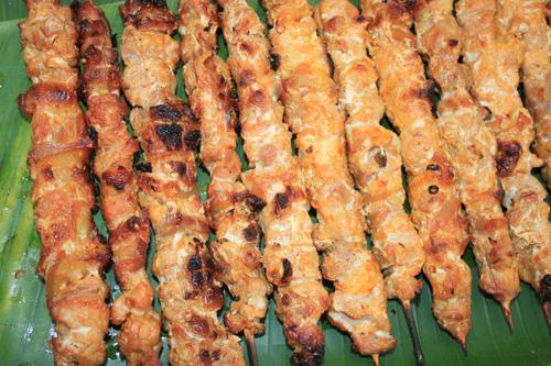 Thịt heo rừng, thịt gà nướng thường được ăn kèm với cơm lam.