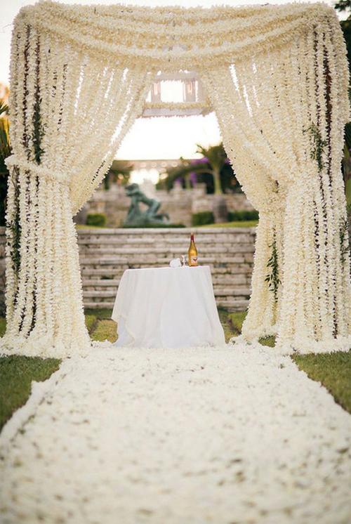 Hoặc bạn có thể chọn cách trang trí nơi làm lễ với những dải hoa cưới cầu kỳ.