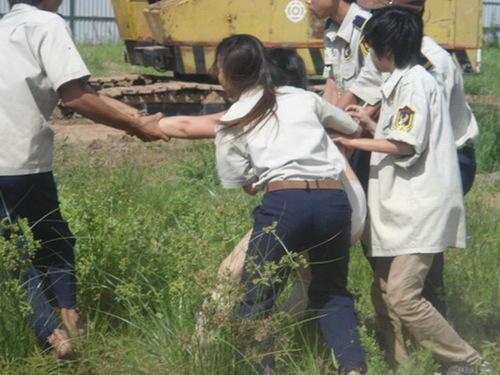 Nữ vệ sĩ cũng có mặt trong nhóm trấn áp. Theo mẹ con bà Lài, gia đình bà muốn được thỏa thuận giá đền bù với CIC 8 vì giá đất đền bù cho dân với giá chủ đầu tư bán ra chênh lệch 10 lần nhưng không được đáp ứng.