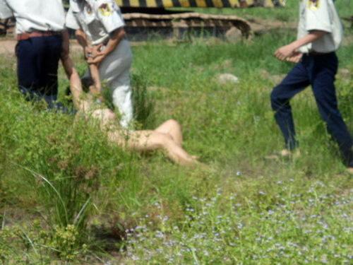 Hình ảnh hết sức phản cảm làm người dân Cần Thơ vô cùng bức xúc. Cách nay gần nửa năm, vì không đồng ý giao đất với giá đền bù được cho là thấp nên chồng bà Lài là ông Hồ Văn Tư đã uống thuốc trừ sâu tự tử trước mặt đoàn cưỡng chế.