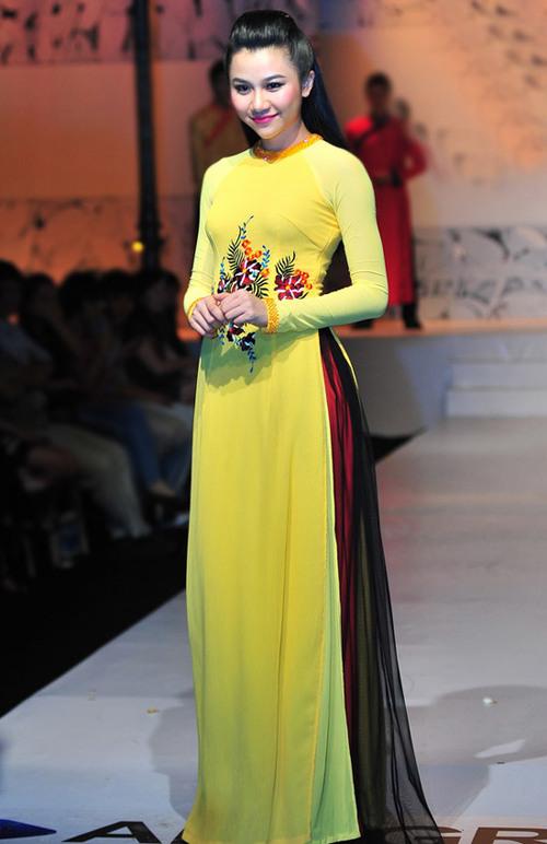 Nhiều cô dâu lại mua vải trơn và đặt thêu, đính đá... theo sở thích của riêng mình. Ảnh: Nguyễn Trung Hải.