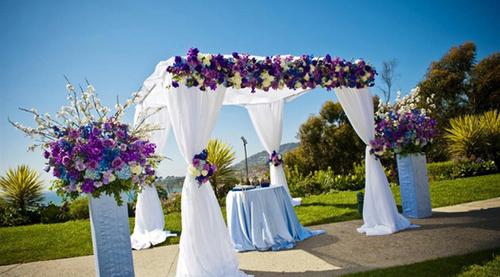 Những dải lụa mềm bay trong gió sẽ tạo cảm giác nhẹ nhàng mà vẫn đẹp sang trọng cho đám cưới.