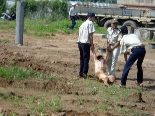 Vệ sĩ lôi kéo bà Lài ra khỏi khu vực CIC 8 thi công trong tình trạng lõa thể. Ảnh: Duy Khang