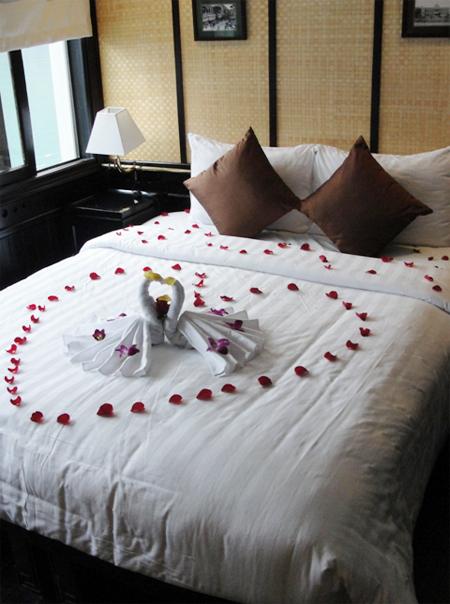 Phòng tân hôn của cô dâu- chú rể được trang trí lãng mạn với cánh hoa hồng ghép thành hình trái tim, bao quanh đôi thiên nga- biểu tượng của sự gắn kết.