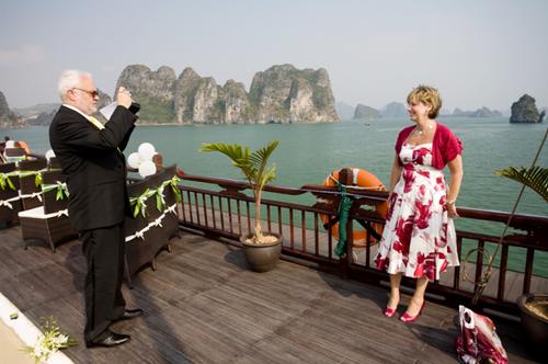 Trước khi nghi lễ thành hôn diễn ra, các vị khách tranh thủ chụp hình kỷ niệm.