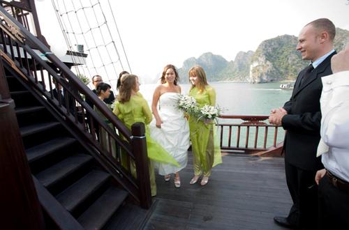 Cô dâu với phong cách giản dị nhưng rạng rỡ xuất hiện trong sự chờ đón của chú rể và tất cả khách mời.
