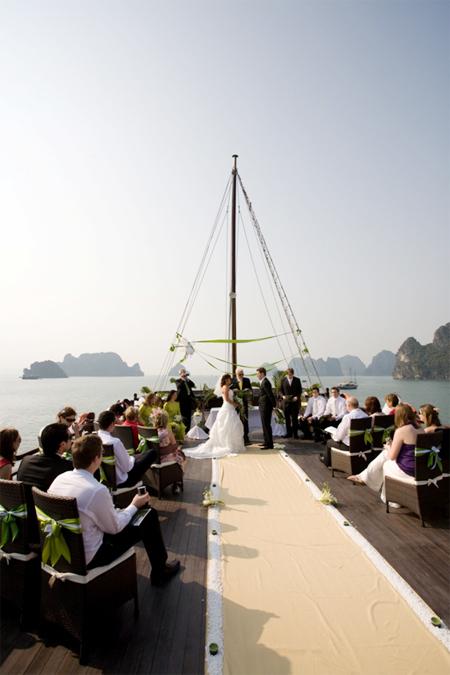 Lễ cưới được tổ chức trên khu vực tầng trên cùng của du thuyền với không gian mở, hòa quyện cùng thiên nhiên xung quanh.