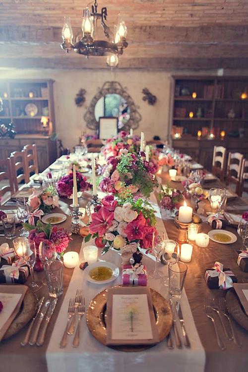 Với đám cưới trong nhà, bàn tiệc dài cũng đem đến sự cổ điển, sang trọng.