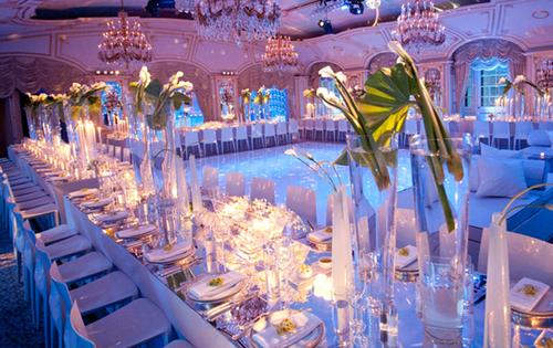 Các đôi uyên ương có thể sử dụng toàn bộ bàn dài, sắp xếp theo hình chữ U và sân khấu sẽ nằm ở trung tâm phòng tiệc.