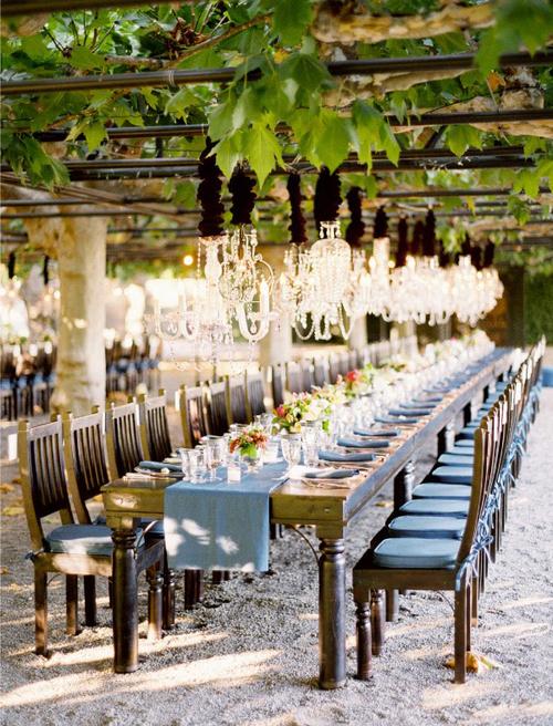 Nếu đám cưới được tổ chức ngoài trời thì bàn tiệc dài sẽ là lựa chọn hoàn hảo.