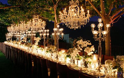 Bàn tiệc dài hợp với những trang trí cầu kỳ, cổ điển như chân nến, bình hoa cao.