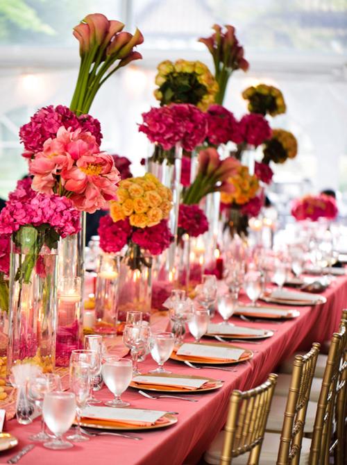 Với bàn tiệc dài, các nhà tổ chức thường chọn ghế mảnh, để giảm bớt diện tích.