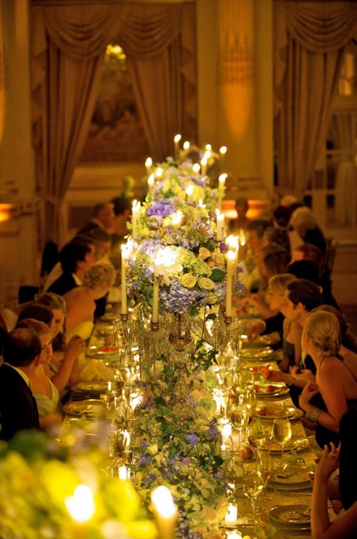 Các vị khách sẽ có nhiều không gian gần gũi hơn so với một bàn tiệc nhỏ chỉ chứa được 6 đến 10 người.