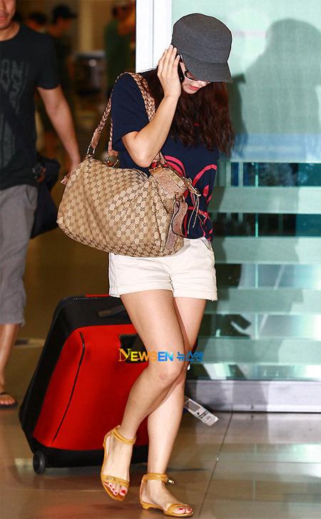 Diễn viên Nam Sang Mi khỏe khoắn với quần short, áo phông.
