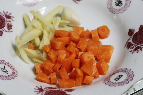 Cà rốt thái hạt lựu, gừng thái sợi.