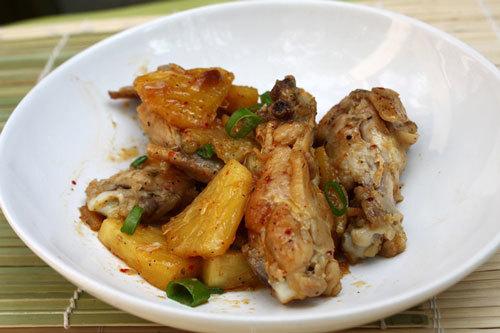 Vị ngọt tự nhiên của dứa, cánh gà mềm lẫn gia vị hơi chua chua, ngọt ngọt và hơi cay cay.