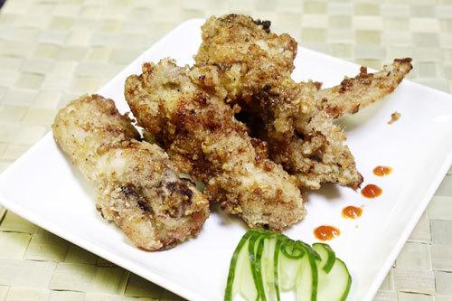 Cánh gà giòn rụm bao quanh bên ngoài là lớp tỏi chiên ăn giòn và thơm, dùng làm món mặn ăn với cơm hoặc món nhắm đều ngon.