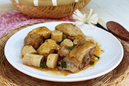 Miếng thịt gà đậm đà ăn cùng măng ngấm gia vị sẽ làm món ăn hấp dẫn cho bữa cơm.