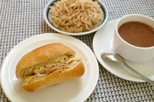 Thay cho bánh mỳ thịt thông thường, mời các bạn cùng đổi món ăn sáng với bánh mỳ gà rất ngon miệng với phần nhân chuẩn bị vô cùng đơn giản này nhé.